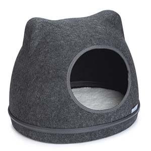 Een katteniglo is voorzien van een zacht kussentje.