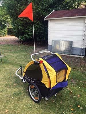 De hondenkar voor de fiets van Burley met vlaggetje.
